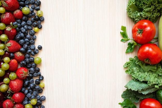 Comida sana, verduras y frutas sobre madera. Foto Premium