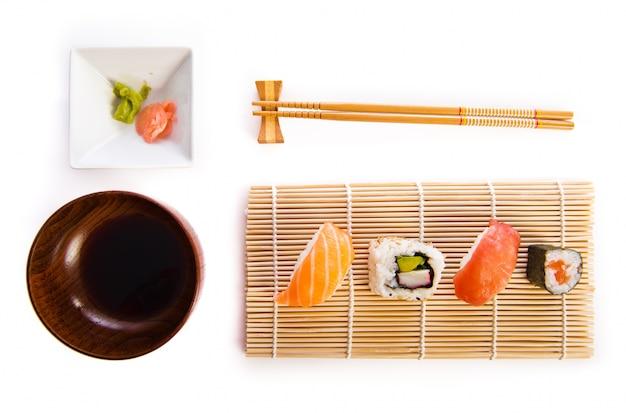 comida tradicional de sushi foto gratis