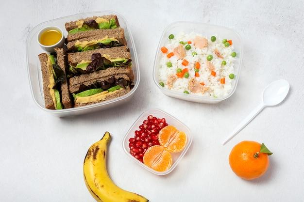 Comida en tupperware lista para comer Foto Premium
