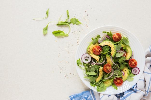 Comida vegana en un plato con fondo blanco. Foto gratis