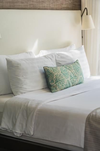 Cómoda almohada blanca en el interior de la decoración de la cama Foto gratis