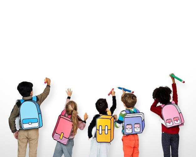 Compañeros de clase amigos bolsa educación escolar Foto Premium