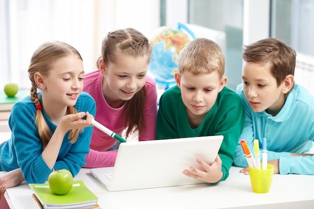 Compañeros de clase trabajando juntos Foto gratis