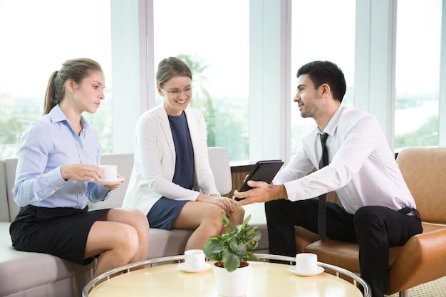 Compa eros de trabajo en la reuni n informal en la oficina for Follando en la oficina gratis