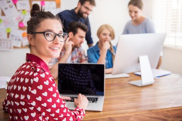 Compañeros que trabajan en la oficina en un ambiente relajado Foto gratis