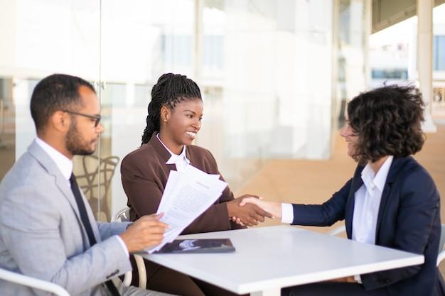Compañeros de trabajo consultor asesor legal Foto gratis