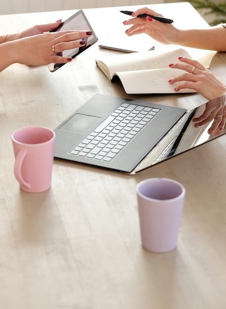 Compañeros de trabajo discutiendo sobre estrategias comerciales Foto gratis