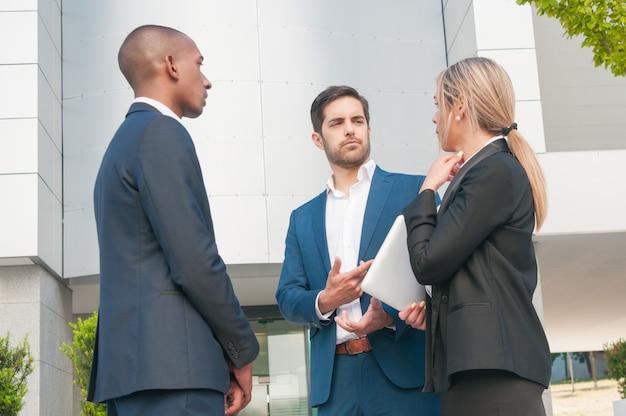 Compañeros de trabajo hablando entre ellos Foto gratis
