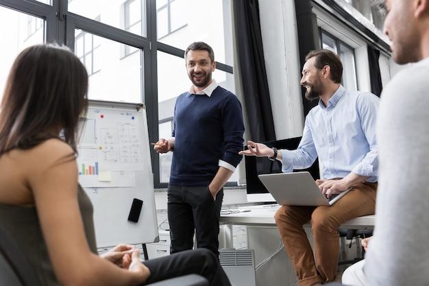 Compañeros de trabajo de negocios discutiendo nuevas ideas Foto gratis