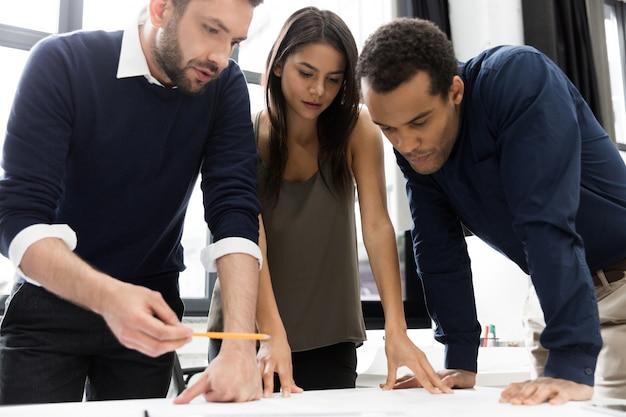 Compañeros de trabajo de reuniones de negocios discutiendo el proyecto en la oficina Foto gratis