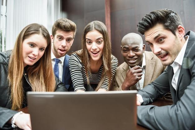 Compañeros de trabajo sorprendidos con el ordenador Foto gratis