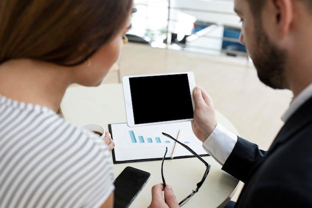 Compañeros de videoconferencia juntos Foto gratis