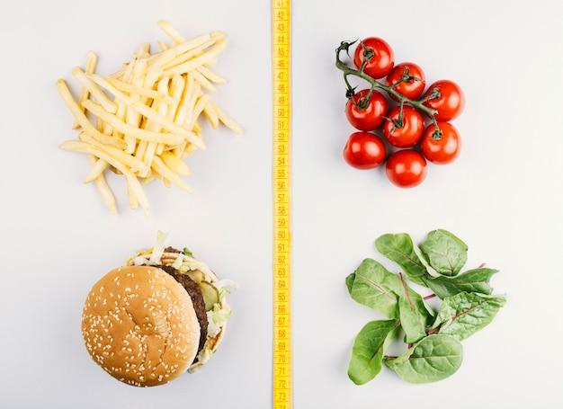 Comparación entre comida sana y comida rápida Foto gratis