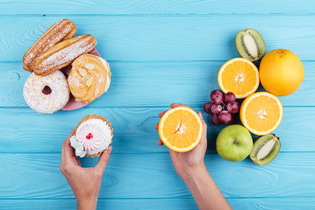 Comparación entre frutas y dulces. | Foto Gratis