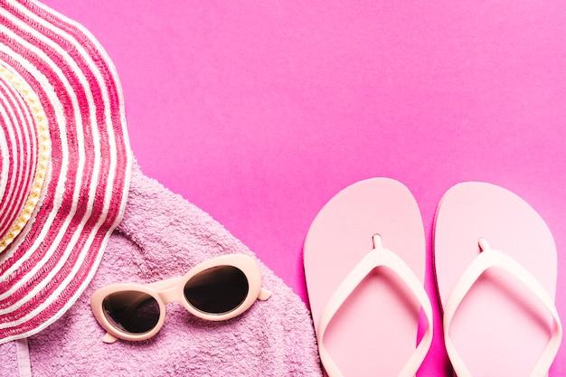 Composición de los accesorios de playa sobre fondo de color. Foto gratis