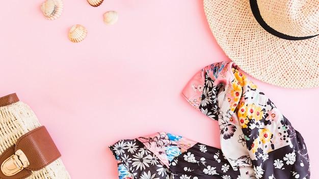 Composición con accesorios de verano vacaciones en la playa y conchas. Foto gratis