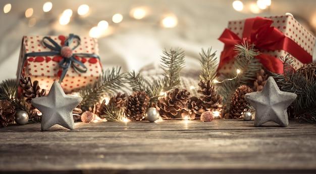 Composición con adornos navideños en el interior. Foto gratis