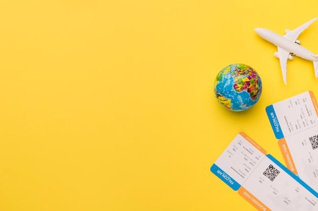 Composición de billetes de avión pequeños y globo. Foto gratis