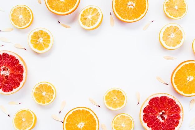 Composición cítrica de frutas tropicales coloridas en rodajas Foto gratis