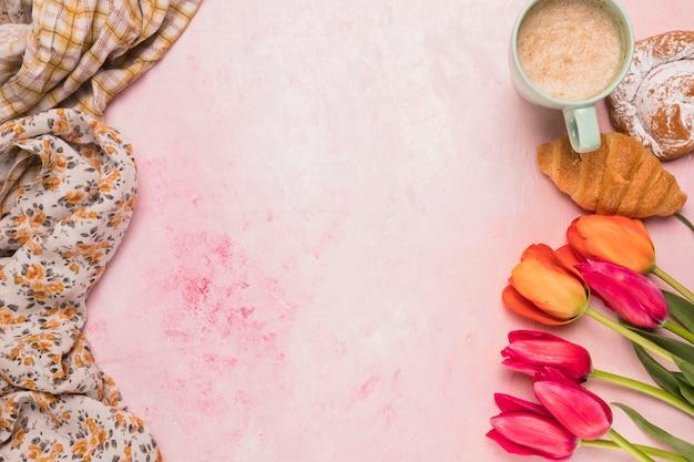 Composición de coffee break y tulipanes. Foto gratis