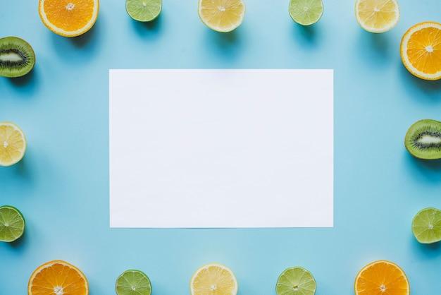 Composici n con papel para mensajes y marco de frutas - Composicion marcos pared ...