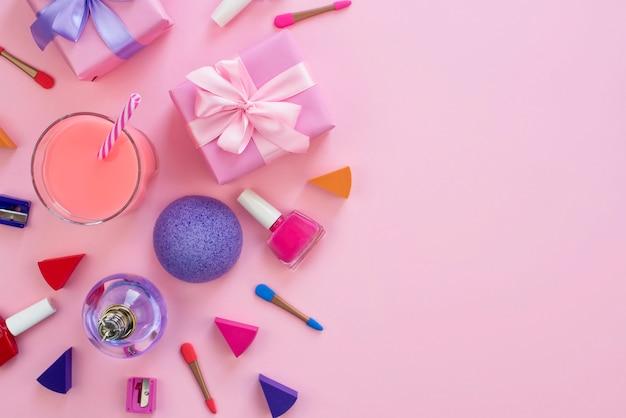 La composición de un conjunto de accesorios para mujer, artículos cosméticos, coctel de regalo. Foto Premium