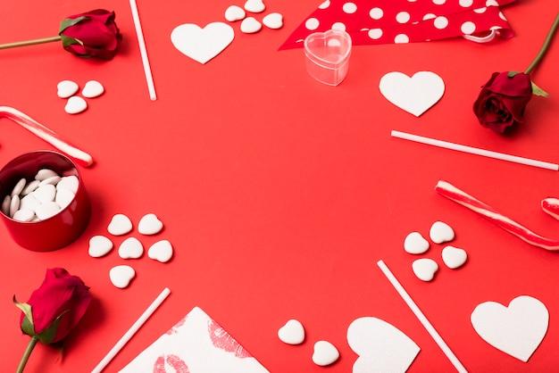 Composición de corazones de papel, flores y varitas. Foto gratis