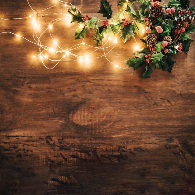 Composición de navidad con muérdago y luces de cadena Foto Gratis