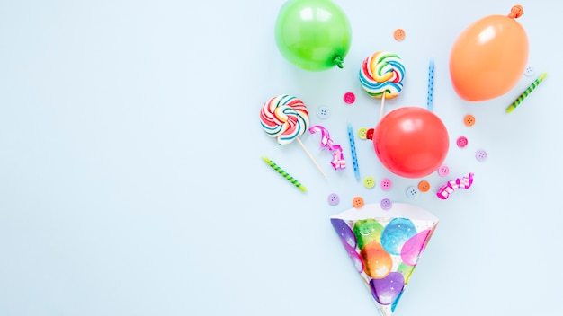 Composición de diferentes objetos de cumpleaños con espacio de copia. Foto gratis