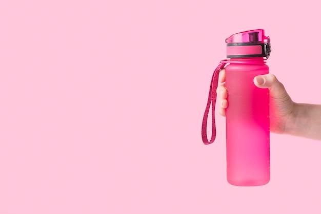 Composición elegante de deporte con botella de agua Foto gratis