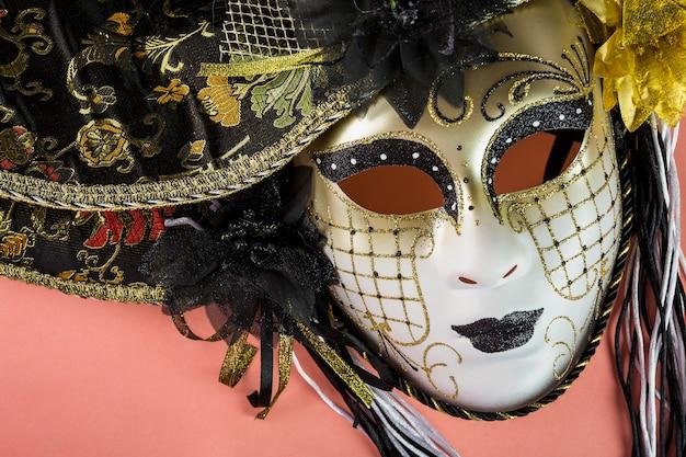 Composición elegante con máscaras del carnaval de venecia Foto gratis