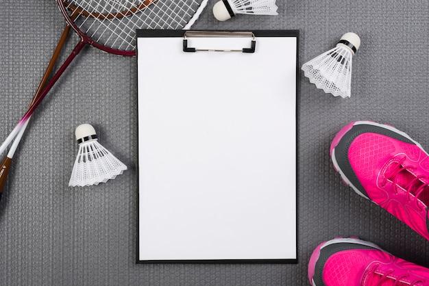 Composición de equipamiento de badminton con carpeta de pinza Foto gratis