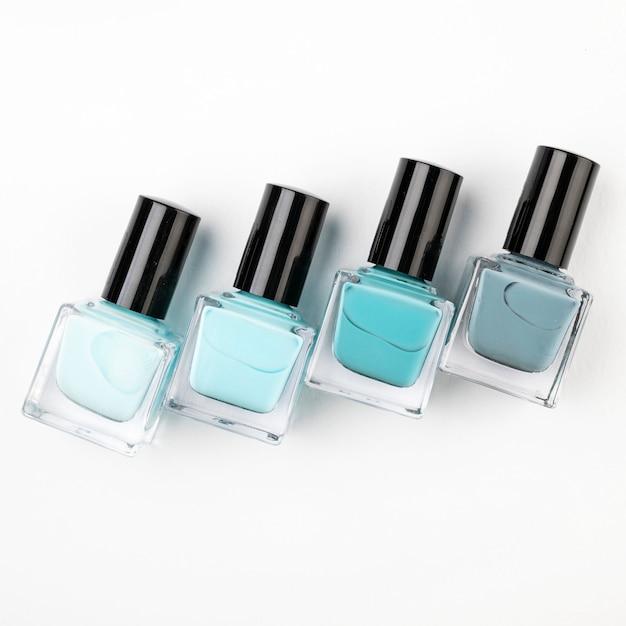 Composición de esmalte de uñas en plano Foto gratis
