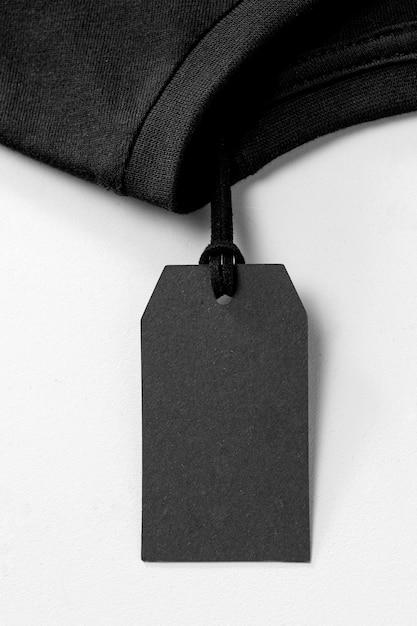 Composición de etiqueta negra vacía para camiseta. Foto gratis
