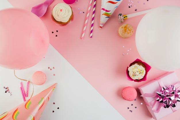 Composición flat lay de elementos de cumpleaños con copyspace Foto gratis