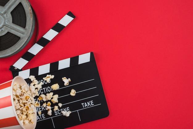 Composición flat lay de objetos de cine Foto gratis