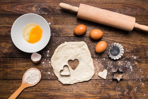 Composición flat lay de panadería con masa y huevos Foto gratis