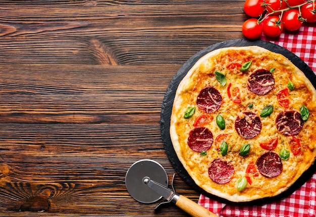 Composición flat lay de pizza con copyspace Foto gratis