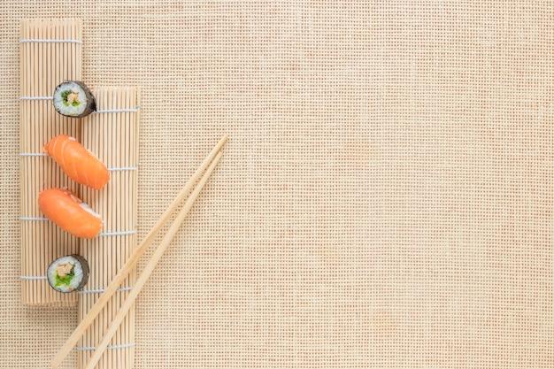 Composición flat lay de sushi con copyspace Foto gratis