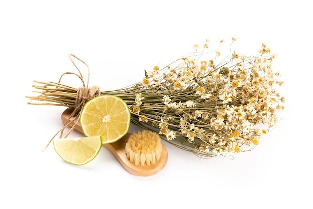 Composición con flores de manzanilla y cosmética casera, aceite esencial, sopa, espacio en blanco, vista superior. Foto Premium