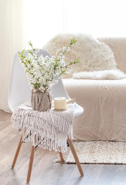 Composición con flores de primavera en un acogedor salón interior. el concepto de decoración y confort. Foto gratis
