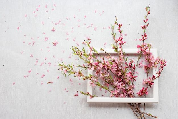 Composición de flores con ramas rosadas en flor Foto Premium