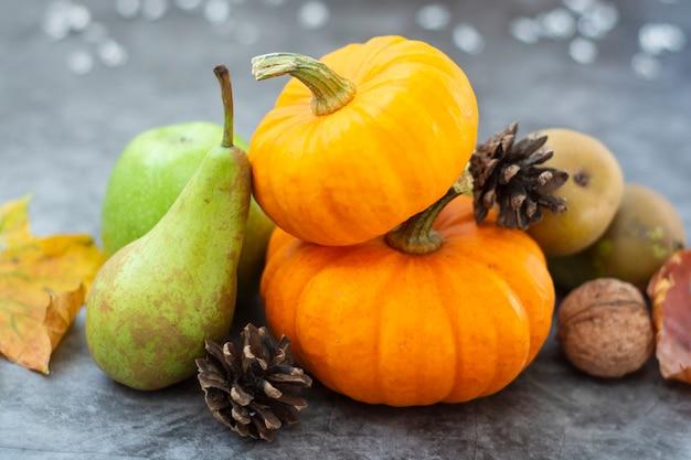 Composición de frutas de otoño, calabazas y peras. Foto Premium