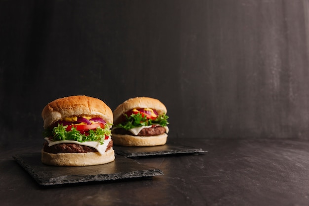 Composición de hamburguesas ricas Foto gratis