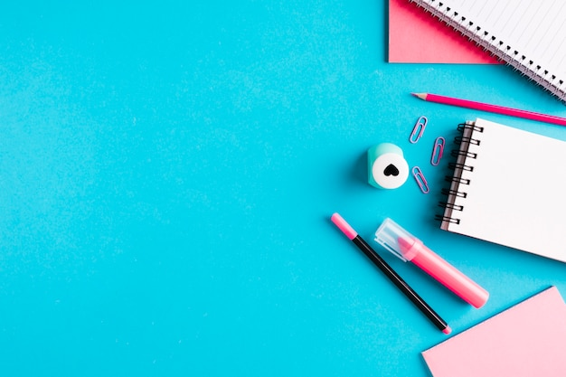 Composición con herramientas de oficina en escritorio. Foto gratis