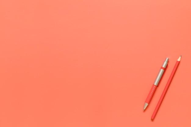 Composición de herramientas de papelería en color rojo. Foto gratis