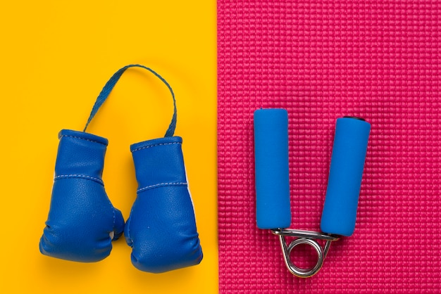 Composición moderna de deporte con elementos de gimnasio Foto gratis