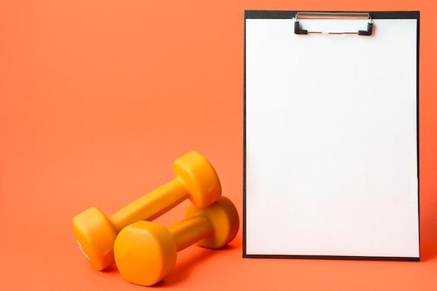 Composición moderna de deporte con mancuerna Foto gratis
