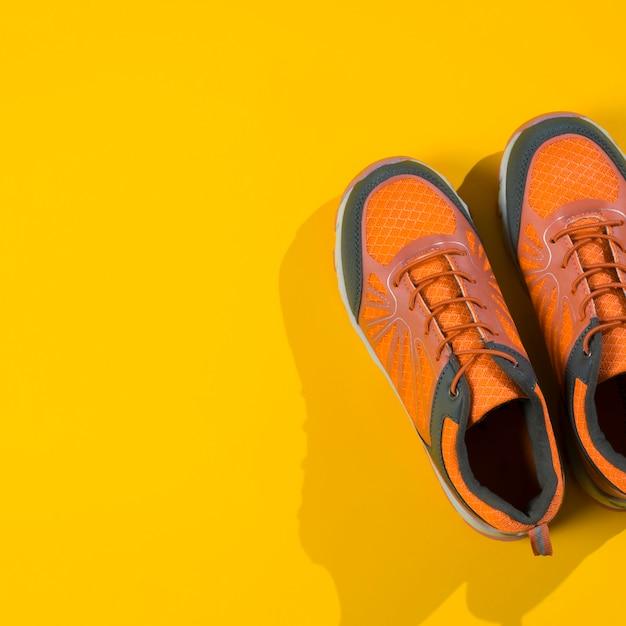Composición moderna de deporte con zapatillas coloridas Foto gratis