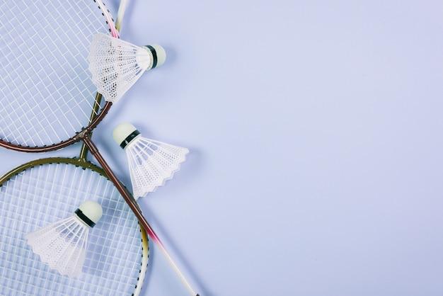 Composición moderna de equipamiento de badminton Foto gratis